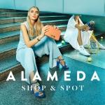 Campanha Alameda Shop & Spot sessão fotográfica com modelo feminina sentada nas escadas do shopping. Na imagem, a modelo apresenta-se refletida num espelho onde está vestida de atleta de ténis de um lado do espelho e do outro lado do espelho, está vestida com um guarda-roupa mais fashion.